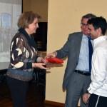 El rector y la vicerrectora entregan el premio al profesor Javier Abián, campeón de bádminton en el XXVI Trofeo Rector