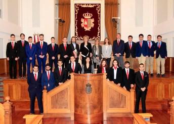 Los 17 participantes en la final con las autoridades asistentes al evento