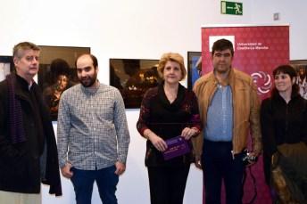 La vicerrectora de Cultura, Deporte y Extensión Universitaria, María Ángeles Zurilla, junto a los fotógrafos