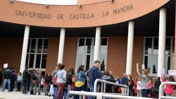 Futuros universitarios y sus familares, reunidos en las jornadas de puertas abiertas de la UCLM