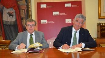 Momento de la firma por el rector de la UCLM y el director de Minería de Endesa