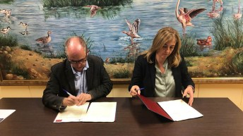Firmaron el acuerdo la Ángela González y Agapito Portillo. © UCLM