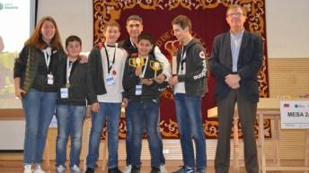 El rector y la vicerrectora de Internacionalización con los equipos ganadores. © UCLM