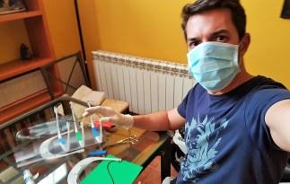 El profesor Javier Albusac, terminando unas máscaras en su domicilio © Javier Albusac