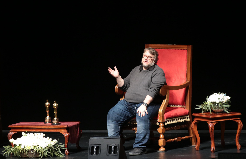 Ovacionan 9 mil jvenes a Guillermo del Toro en el Telmex