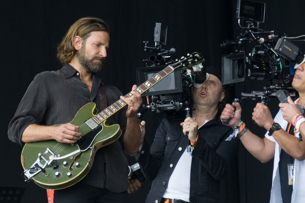 bradley cooper guitarist playing guitar filming 'A Star Is Born' in Glastonbury festival. Bradley cooper guitar