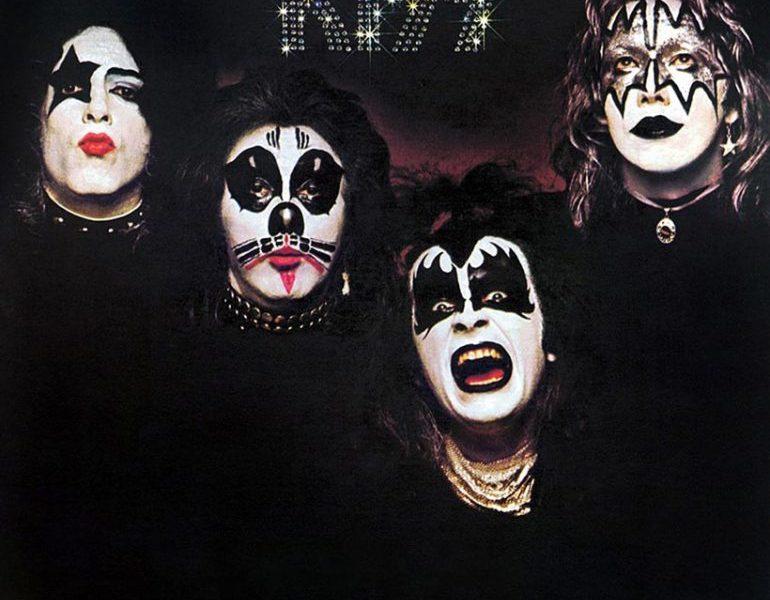 売れないバンドがメイクをし、デビューアルバム『KISS』を発売するまで