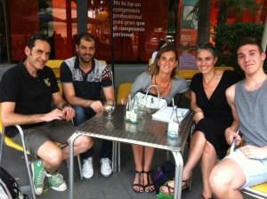 Unai amb els seus pares, la presidenta de la UESC, Monica Mateu, i el director esportiu, Sergi Sanchez