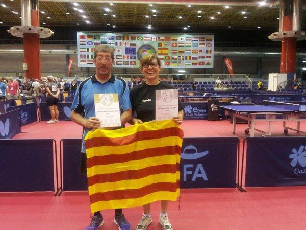 Carme Mestre lluint la senyera catalana en l'entrega de premis