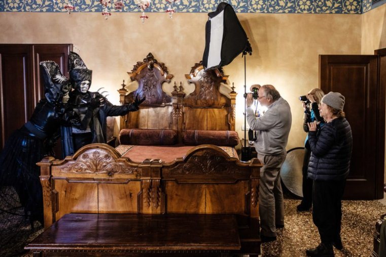 Shooting masked models at the Carnival of Venice with off-camera flash