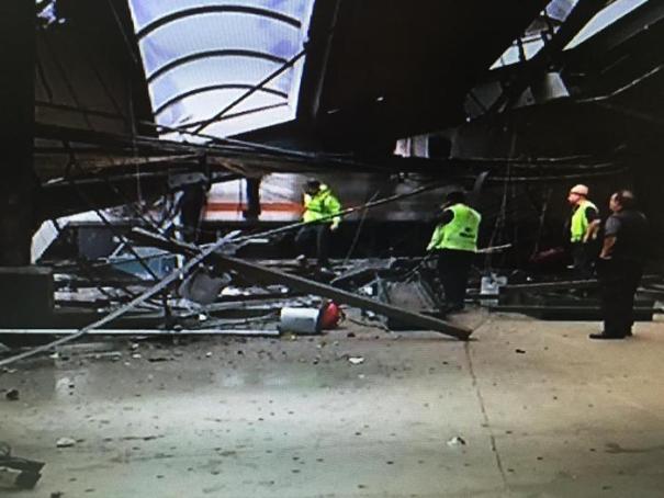 Un fermo immagine che mostra il grave incidente ferroviario nella stazione di Hoboken occorso ad un treno di pendolari tra il New Jersey e New York. ANSA / Caltagirone