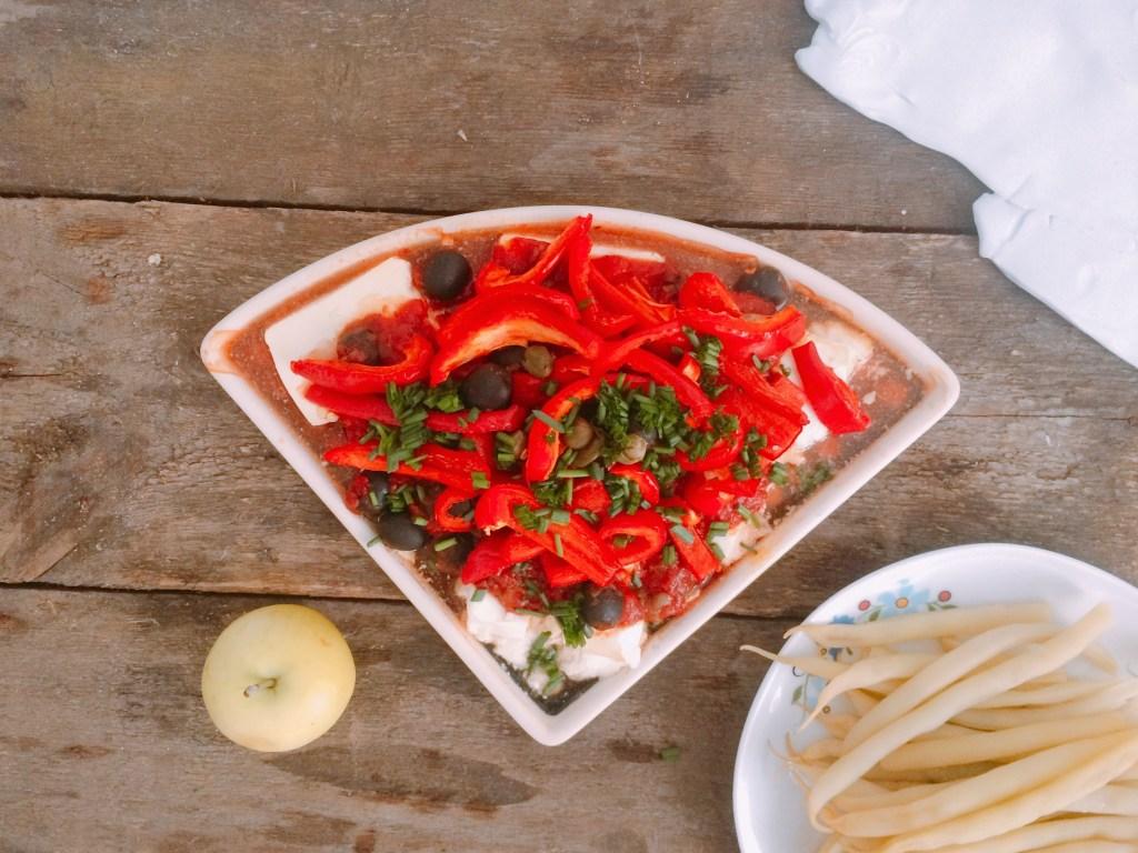 Przepis na fetę pieczoną z warzywami