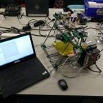 Fertiger Drucker mit angeschlossenem Notebook zur Kalibrierung