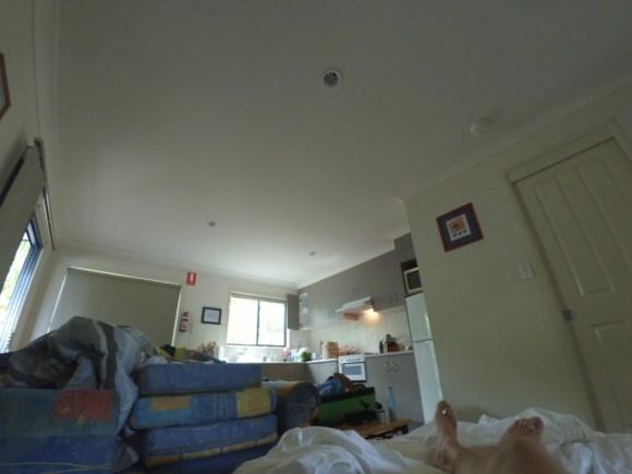 Mein Blick vom Bett in unserer Hütte. Die Anderen sind draußen beim Frühstück.
