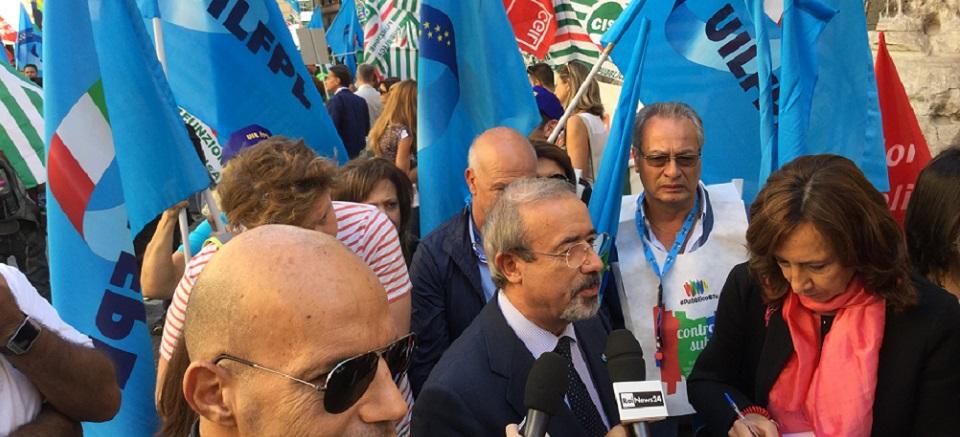 Il leader della UIL in piazza con i lavoratori delle Camere di commercio