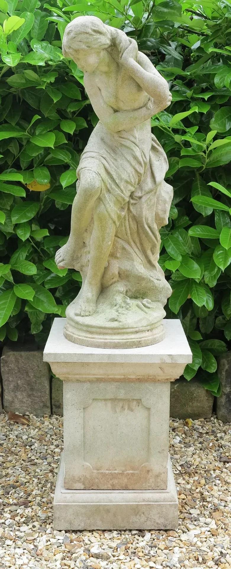 Cast Stone Garden Venus Goddess Statue On Plinth