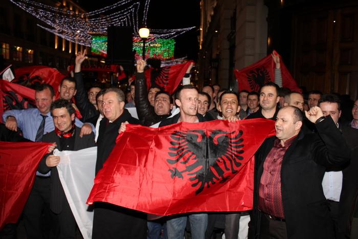 <!--:en-->Red and Black Alliance celebrate in the heart of London, see photos and videos<!--:--><!--:sq-->Aleanca Kuq e Zi feston në zemër të Londrës, shikoni fotot dhe videot<!--:-->
