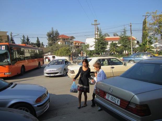 Ecja kuturu nëpër trafik, (angl. jaywalking), është sport kombëtar. Unë sinqerisht besoj se nuk e keni pasur eksperiencën e plot shqiptare deri sa gati nuk jeni goditur nga makina e shpejtuar.