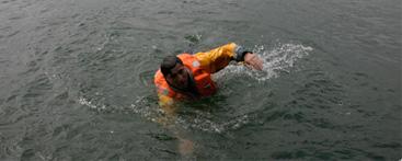 <!--:sq-->Vetëm mrekullia do t'i shpëtonte shqiptarët që u hodhën në detin e ftoftë të Anglisë<!--:-->
