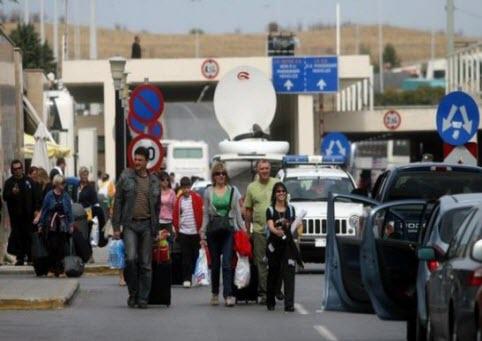 Albanian migrants entering Albania from Greece, through Kakavija.