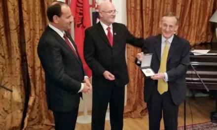 <!--:sq-->Dekorohen në Londër 6 britanikë për kontributin e tyre ndaj Shqipërisë<!--:-->
