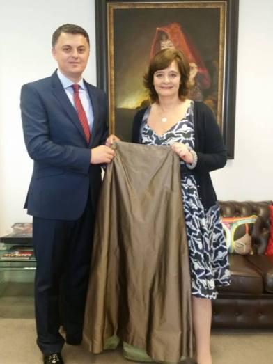 """Znj. Cherie Blair, gruaja e ish Kryeministrit Tony Blair, gjatë një takimi të zhvilluar sot me ambasadorin Lirim Greiçevci në Londër, dhuroi një fustan në mbështetje të fushatës """"Mendoj për Ty"""""""