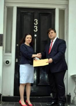 Zj Entela Gjika, (Chargé d'affaires), e ngarkuara me punë në Ambasadën e Republikës se Shqipërisë në Londër, pret dhe merr në dorëzim nga Councillor Kastriot Berberi, Letër Protestë në lidhje aprovimin dhe zbatimin i Reformës në Drejtësi në Shqipëri.