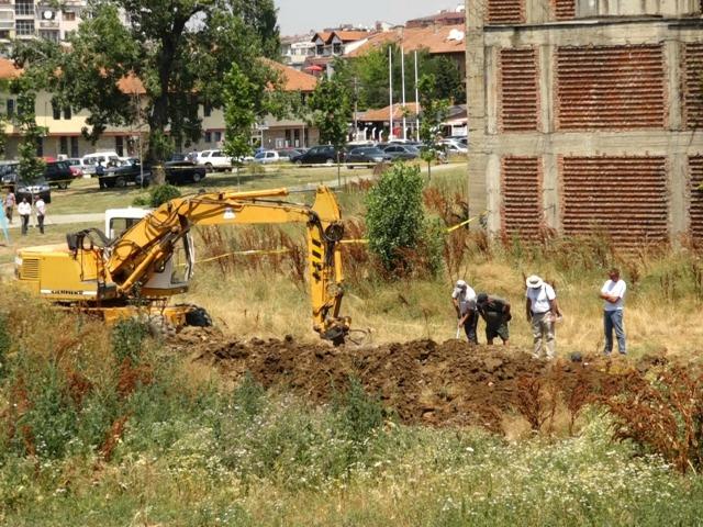 Search for a mass grave in central Pristina. Photo: BIRN