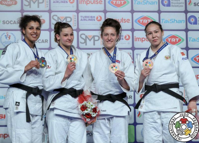 Loriana Kuka (second from left)