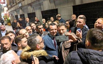Albin Kurti me dy deputete të LVVsë u mirëpritën mbrëmë edhe nga shqiptarët e Britanisë