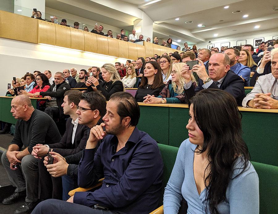 Amfiteatri në David Game College në Algate të Londrës ishte i stërmbushur me simpatizues të LVVsë por edhe me shqiptarë të tjerë të komunitetit tonë në Britani. (18 tetor 2019)