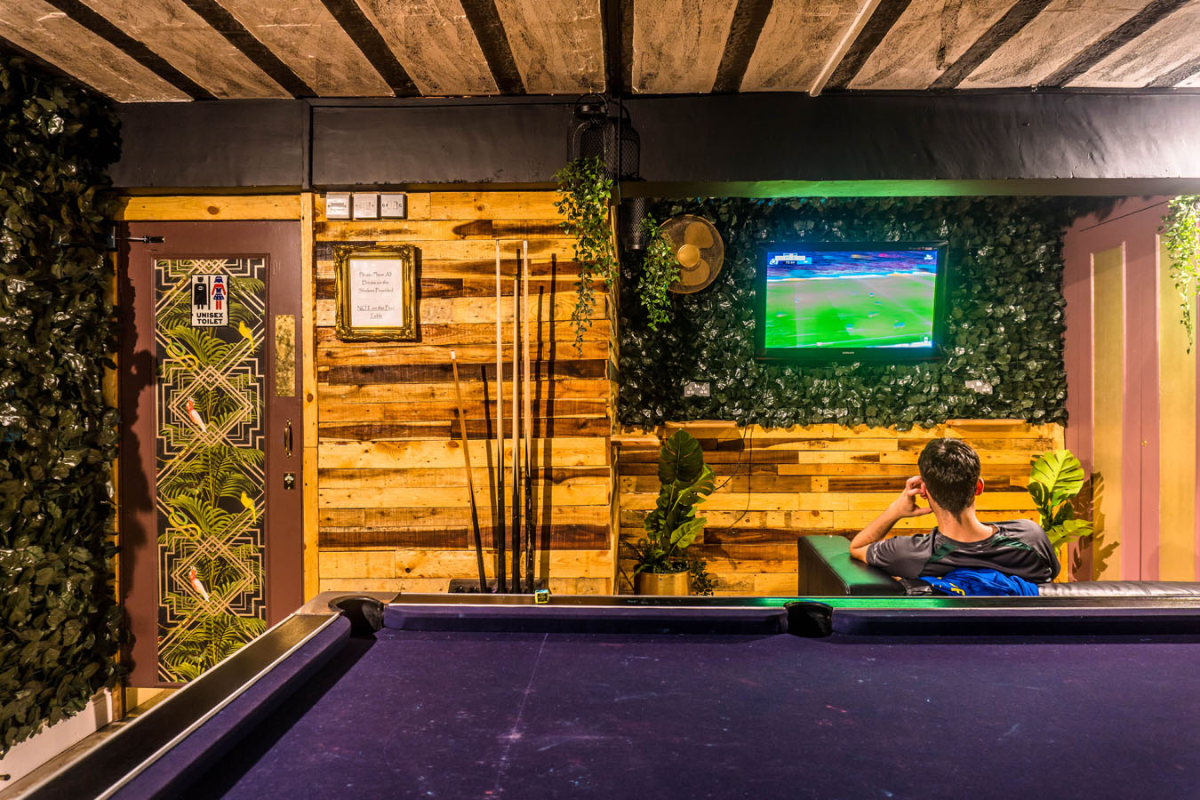 London Backpackers Pool Table & TV Area