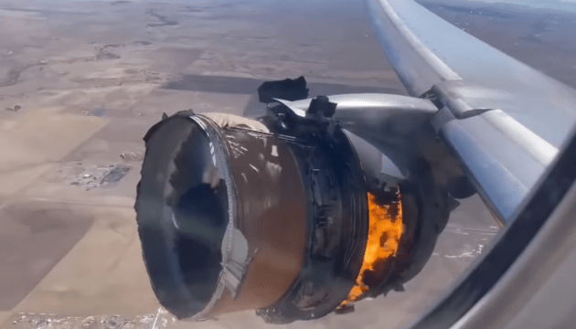 العثور على شقوق متعددة في محرك طائرة بوينج التي هبطت في كولورادو في حالة طوارئ