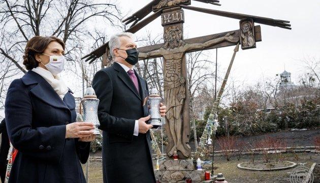 رئيس ليتوانيا وعقيلته يحييان ذكرى المشاركين في ثورة الكرامة في كييف