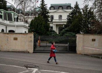 في رسالة غير مباشرة: مجهولون يلطخون سفارة روسيا في براغ بالكاتشاب