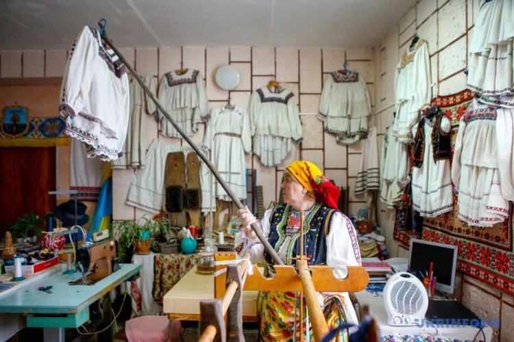 متحف القرية يبدا بتعليم النسيج وصنع الجوناس في ترانسكارباثيا