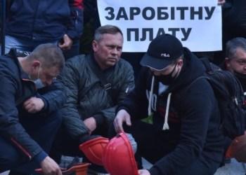 اعتصام عمال المناجم بالقرب من مكتب الرئيس