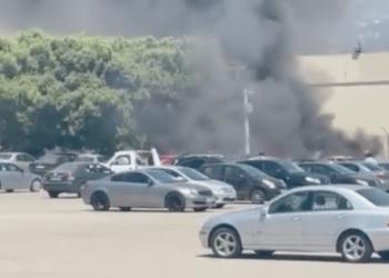 اشتعال النيران في سيارات في ساحة انتظار سيارات بمطار بيروت