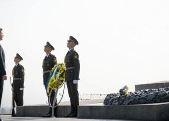 الرئيس يضع الزهور في قبر الجندي المجهول في كييف