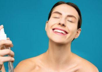 لماذا لا يجب عليك استخدام المياه الحرارية لبشرتك : أهم 5 أسباب من خبير التجميل.