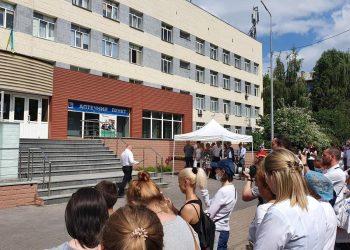حضر افتتاح اللافتة التذكارية رئيس وزارة الصحة الأوكرانية فيكتور لياشكو ونواب البرلمان الأوكراني ومجلس مدينة كييف والمسؤولون والمحسنون والعاملون في المجال الطبي والسكان المحليون.