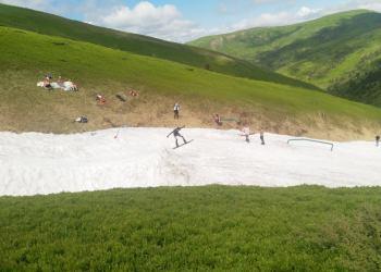 في منطقة الكاربات الأوكرانية لا يزال السياح يتزلجون