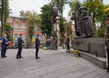 الرئيس يضع الزهور على النصب التذكاري لبيليب أورليك في كييف