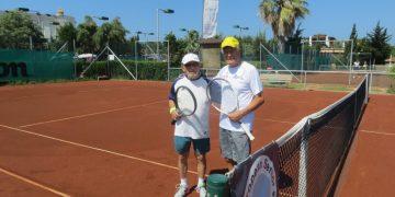 لاعب تنس يبلغ من العمر 94 عامًا، من بطولة أوروبية إلى بطولة عالمية