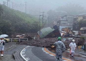 في اليابان، فُقد 20 شخصًا بسبب الانهيارات الأرضية