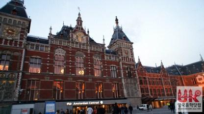 암스테르담 중앙역입니다. 이 역을 통해 유럽으로 기차 여행도 갈 수 있답니다.