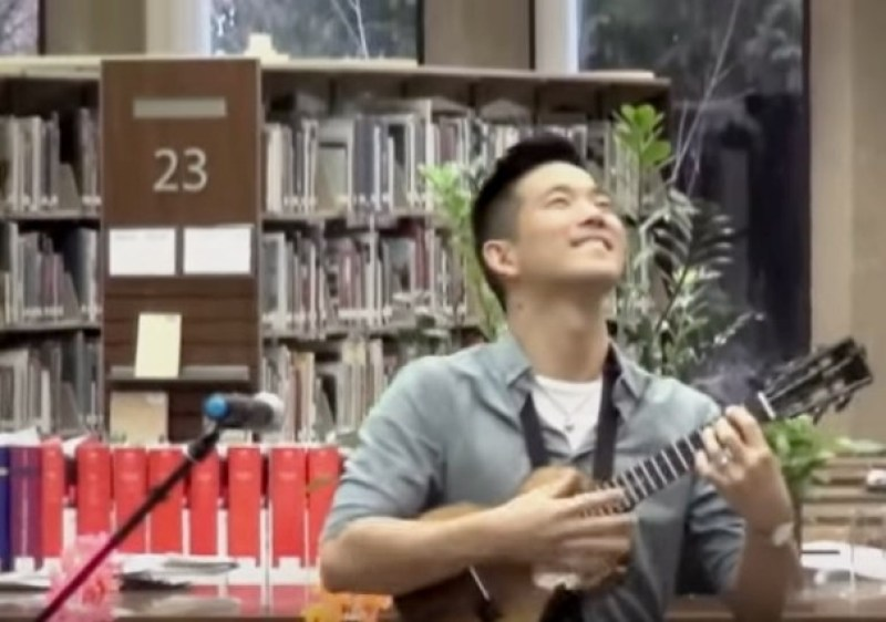 Jake Shimabukuro jams out in uke-friendly Highland Park Library in the Chicago 'burbs.