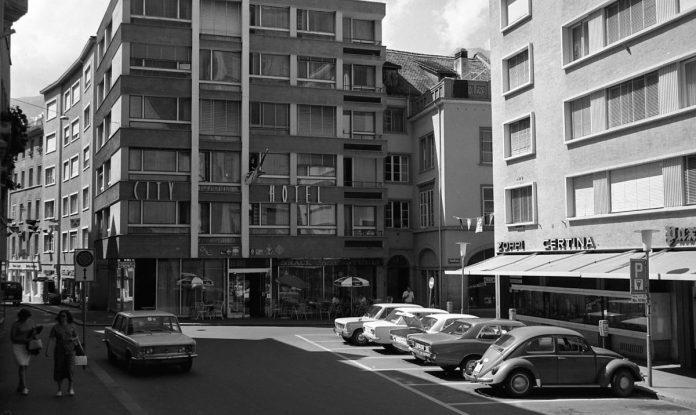 Autos auf dem Martinsplatz. Heute kaum vorstellbar. (Foto: Chur Tourismus z.V.g)