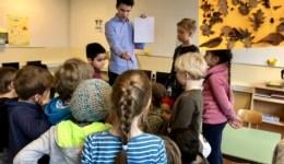 Stipendiaten der Auricher Wissenschaftstage besuchen Grundschulen