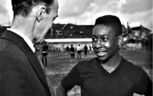 Pelé, chegando aos 15 anos, conversa com De Vaney